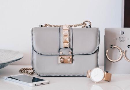 ブルーグレーの小さなバッグ